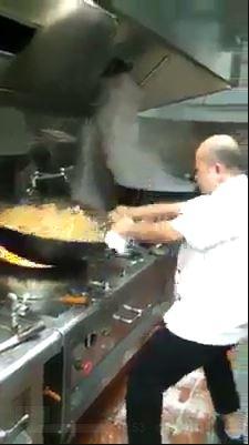 พ่อครัว ทำอาหาร กะทะ ใหญ่มาก